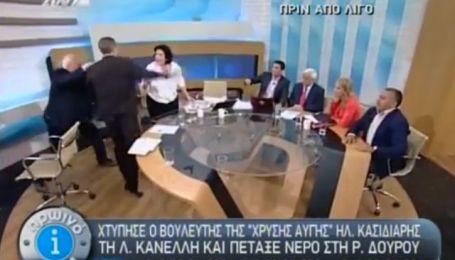 У Греції депутат парламенту в прямому ефірі накинувся з кулаками на жінку