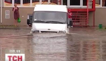 За час сильный ливень превратил в полноводные реки несколько улиц в Луцке