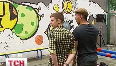 Несколькометровое граффити сплотило вокруг себя все поколения