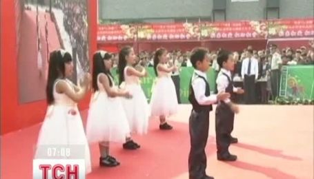 Сотни абсолютно одинаковых китайцев устроили фестиваль