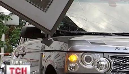 В Киеве на автомобиль упал билборд
