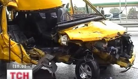 На трассе Киев - Чоп маршрутка догнала грузовик