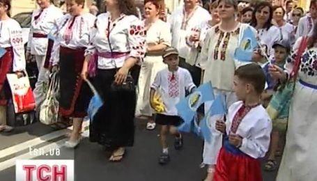С копьями, зельем и в вышиванках киевляне празднуют День Днепра