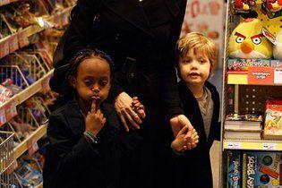 Джоли отправилась с детьми на прогулку по Амстердаму