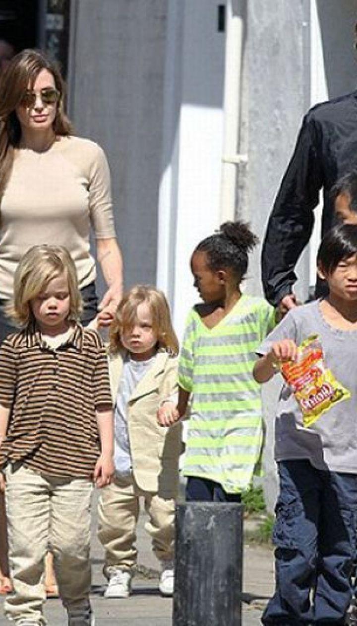 Анджелина Джоли с детьми и Брэдом Питтом