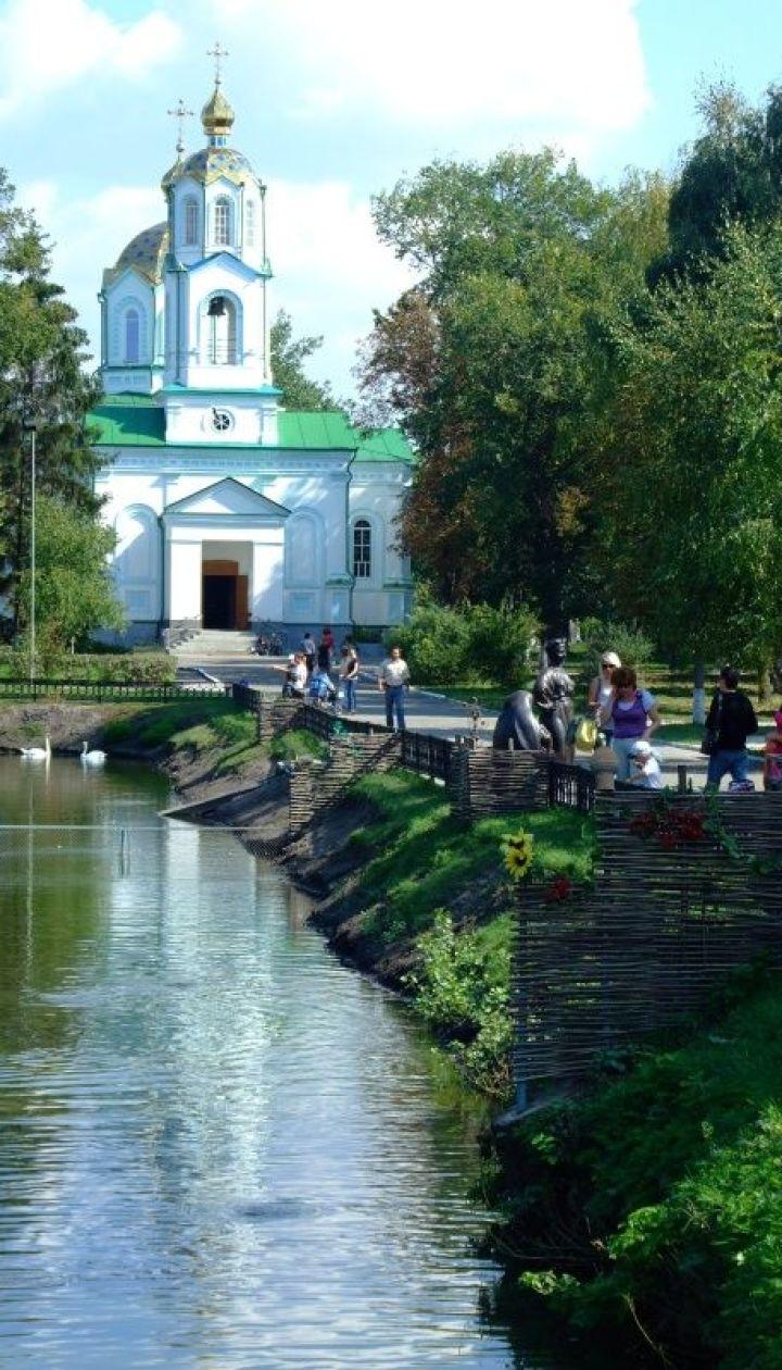 Миргородская лужа. На дальнем плане Свято-Успенская церковь