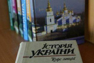 Опозиція: 11-річку повернули заради спільного з Росією підручника історії