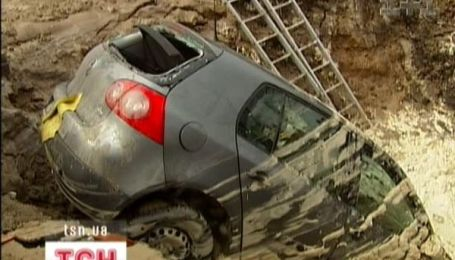 У Києві авто провалилось під землю
