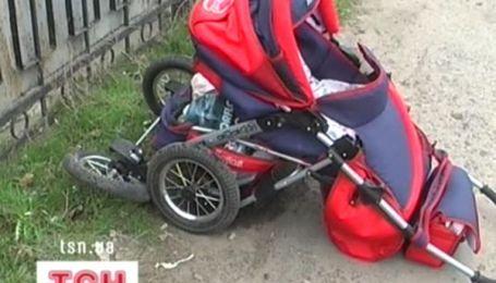 Авто збило дитячий візок