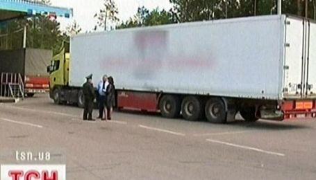 Вантажівка оселилась на кордоні