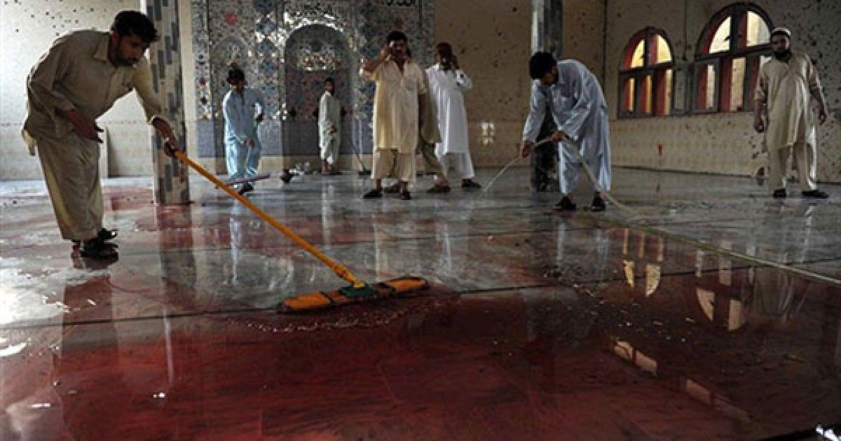 Пакистан. Пакистанські мусульмани змивають кров з підлоги у мечеті після вибуху, який влаштував смертник у селищі на північному заході Пакистану. В результаті вибуху бомби, щонайменше, 50 людей загинули, Ще 100 людей отримали поранення. @ AFP