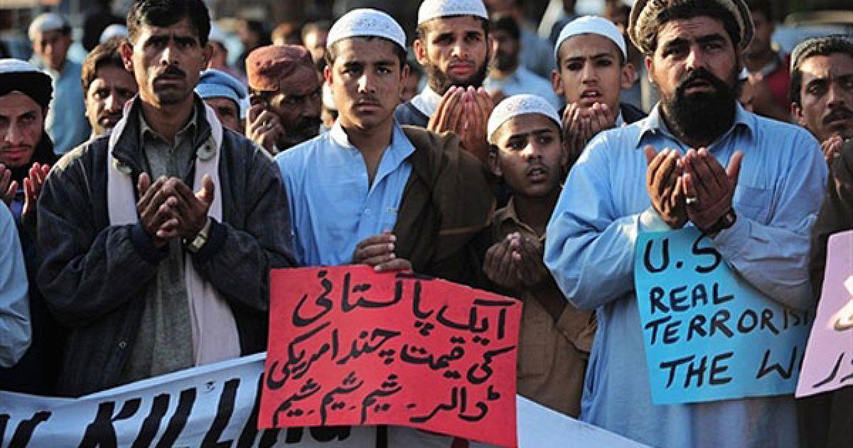 Пакистан, Ісламабад. Пакистанські релігійні студенти і племена Північного Вазірістану моляться у Ісламабаді на другий день акції протесту проти нападу США. @ AFP