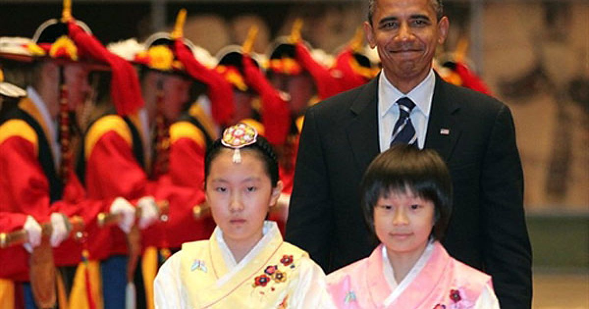 Республіка Корея, Сеул. Президент США Барак Обама прибуває на церемонію відкриття саміту G20 у Національному музеї Кореї в Сеулі. Лідери G20 проведуть 11-12 листопада зустрічі на вищому рівні, присвячені переоцінці стану світової економіки. @ AFP
