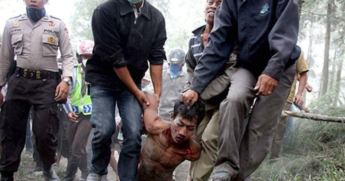 Індонезія. Мешканці села у супроводі поліції несуть підозрюваного у пограбуванні, якого вони зловили у покинутому селищі Слеман, що знаходиться у небезпечній зоні вулкана Мерапі. Найактивніший вулкан Індонезії продовжує викидати великі хмари гарячого газу і попелу, в результаті загинули щонайменше 36 людей. @ AFP