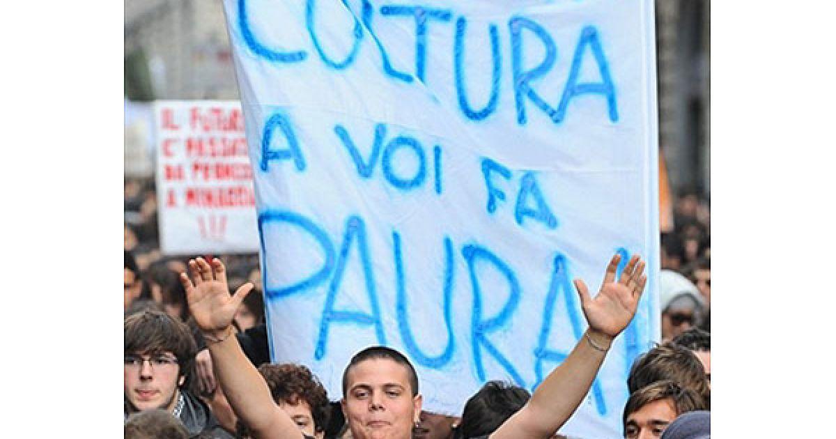 кілька сотень студентів в центрі Риму взяли участь у акції протесту проти реформування вузів і скорочення бюджету. @ AFP