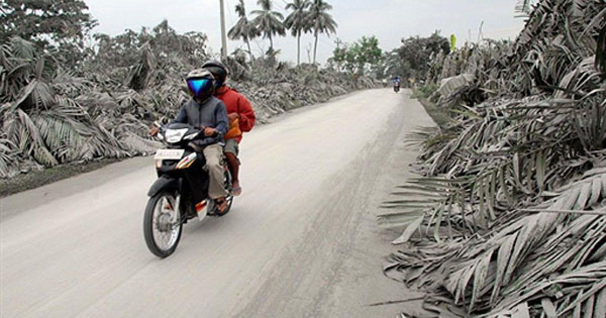 Індонезія, Слеман. Місцеві мешканці на мотоциклі їдуть крізь село, вкрите вулканічним попелом у центральній частині Яви. Через виверження вулкана Мерапі у Індонезії загинули 85 осіб, велика кількість людей отримала важкі опіки. @ AFP