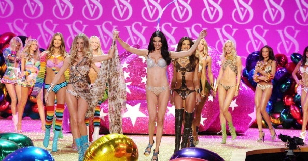Адріана Ліма у показі Victoria 's Secret @ Getty Images/Fotobank