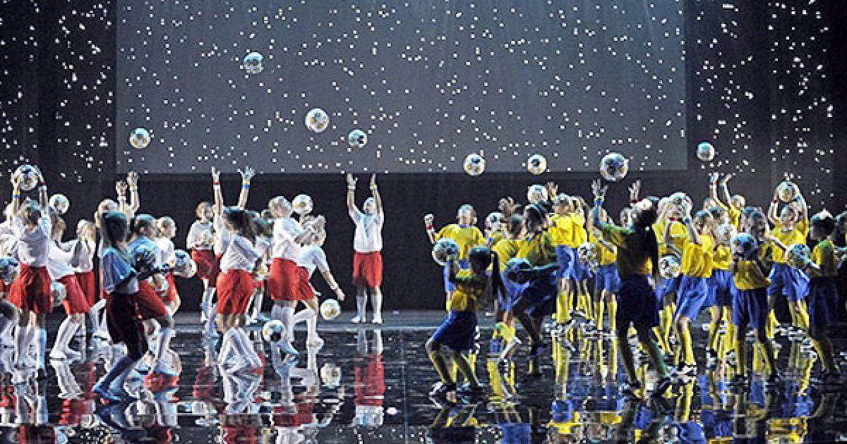 """Інформ. центр """"Україна-2012"""" Талісман Євро-2012 16 листопада у Варшаві відбулося офіційне представлення талісманів фінального турніру Євро-2012. @ AFP"""