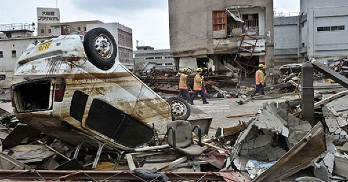 Під час серії руйнівних землетрусів і цунамі в Японії загинули вже 3767 осіб, пропали безвісти майже 8 тисяч людей, тисячі отримали поранення. @ AFP