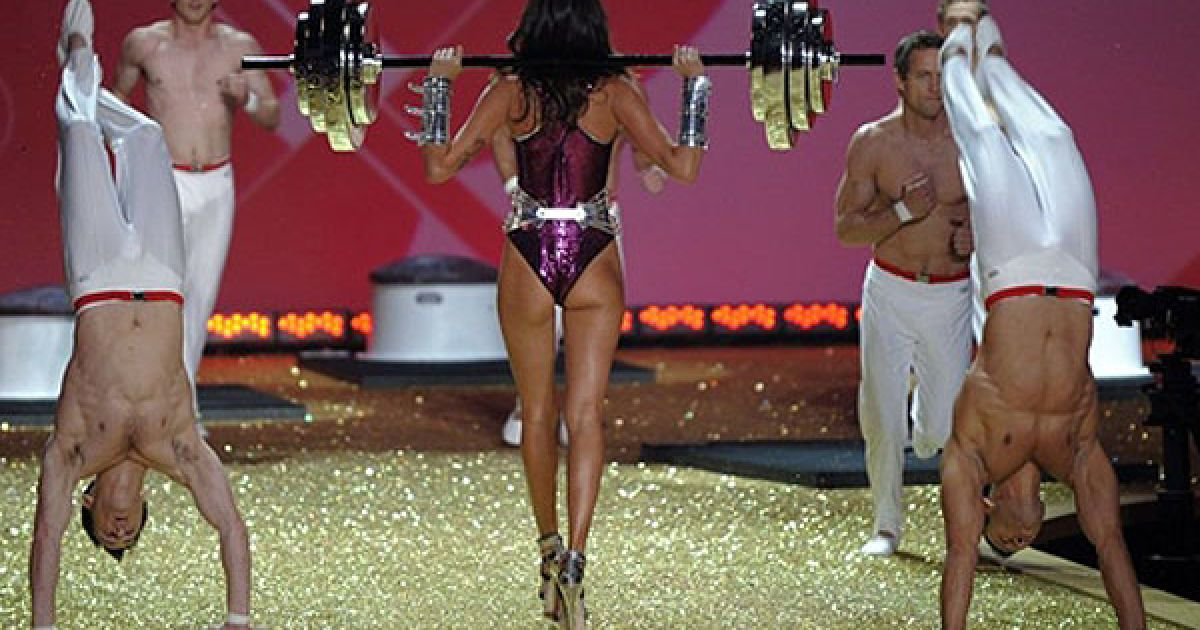 Ізабелі Фонтана на шоу Victoria's Secret @ AFP