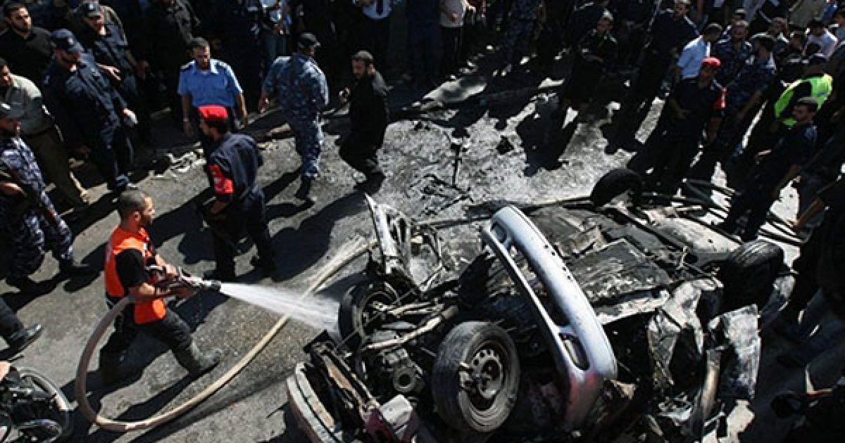 Місто Газа. Палестинський пожежний гасить розбиту машину, яка вибухнула у місті Газа. Досі не знайдено причину вибуху, але вибух було чутно по всьому місту. @ AFP