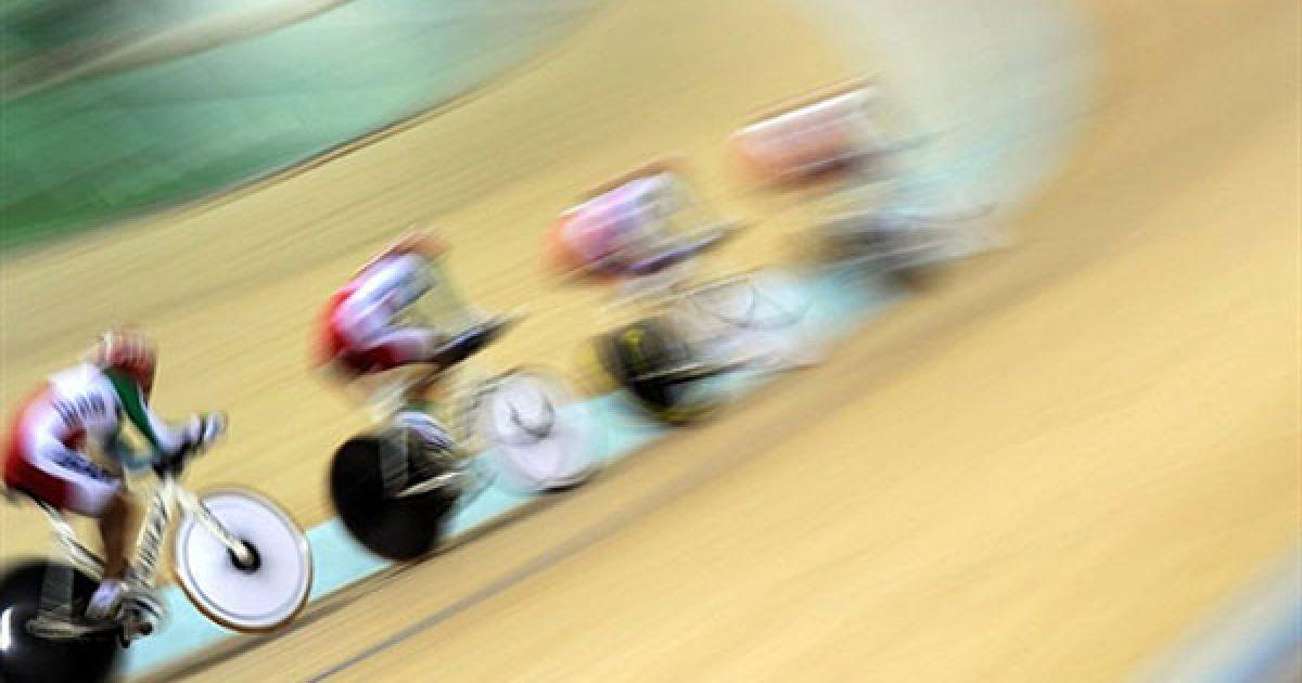 Китай, Гуанчжоу. Іранські велосипедисти тренуються  на велодромі у Гуанчжоу напередодні 16-их Азіатських ігор. Азіатські ігри пройдуть у Гуанчжоу (Китай) з 12 по 27 листопада. @ AFP