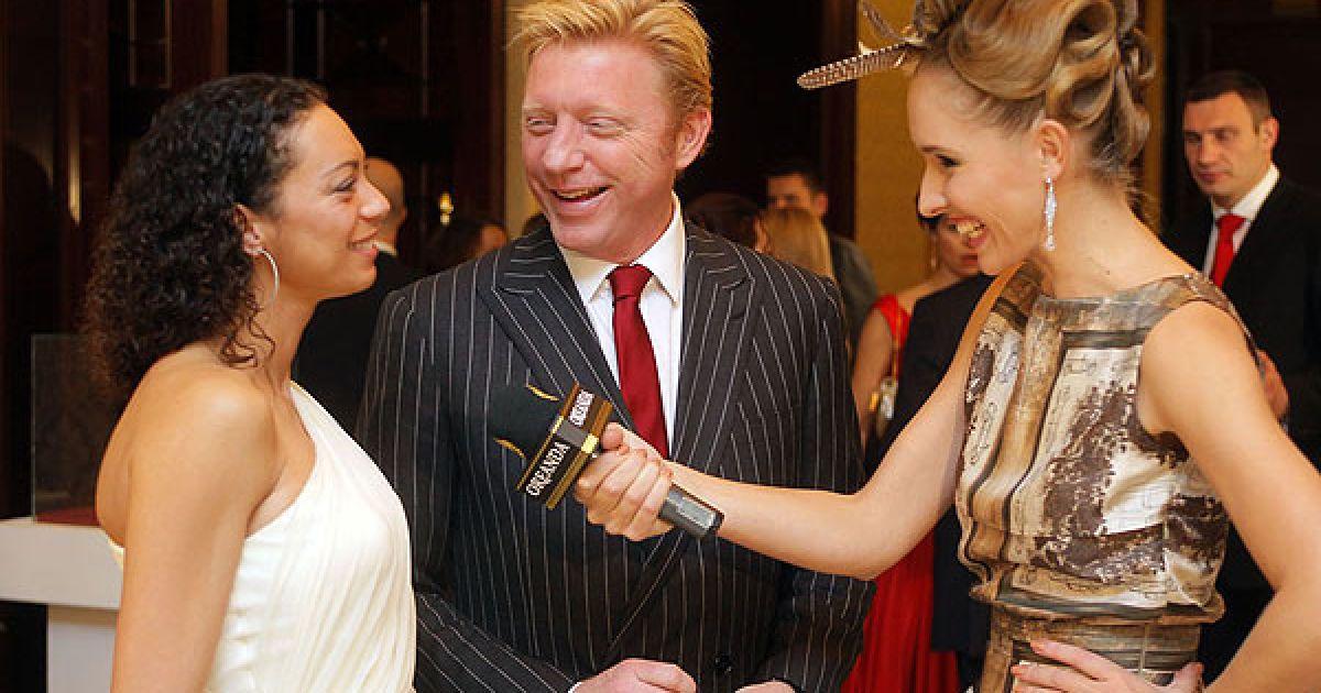 Телеведуча Катерина Осадча бере інтерв'ю у дружини німецького тенісиста Бориса Беккера (в центрі) Шарлелі Керссенберг
