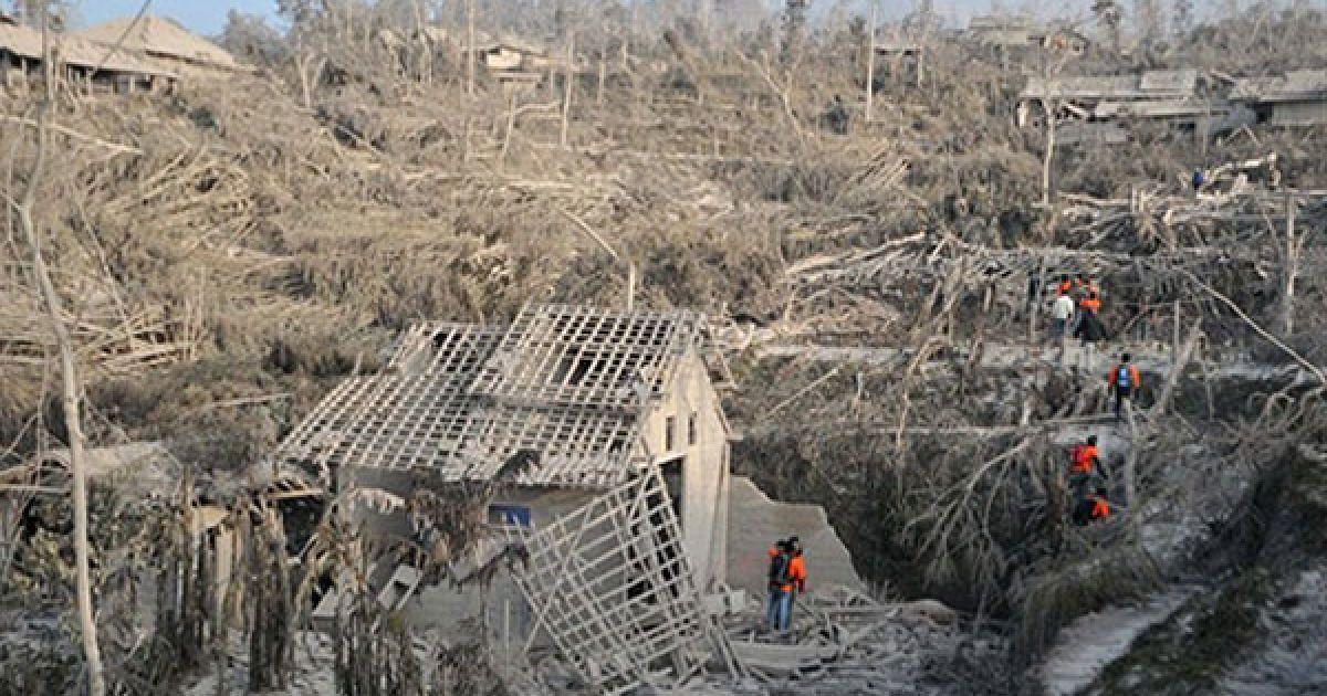 Викинутий Мерапі попіл вкрив місто сантиметровим сірим шаром. @ AFP