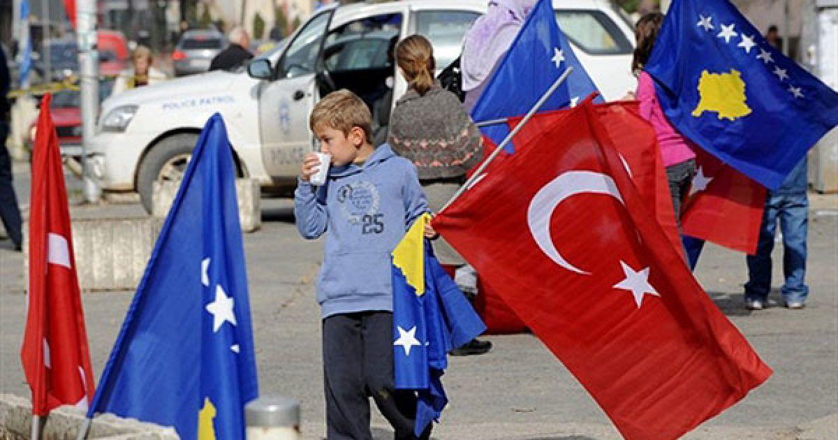 Сербія, Пріштіна. Дитина косовських албанців тримає прапори Косово і Туреччини перед візитом прем'єр-міністра Туреччини Реджепа Тайіпа Ердогана до Пріштіни. @ AFP