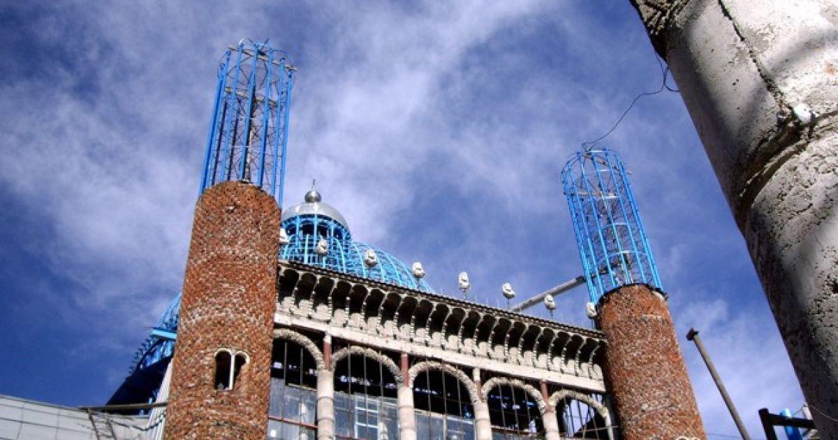 Мадридець протягом 50 років будував 40-метрову церкву із будівельного сміття. @ inhabitat.com