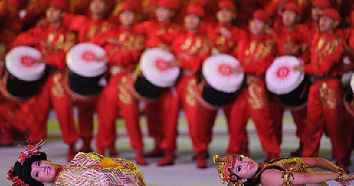 Китай, Гуанчжоу. Танцівниці виступають на церемонії відкриття 16-их Азіатських ігор у Гуанчжоу. Азіатські ігри відбуватимуться в Китаї до 27 листопада. @ AFP