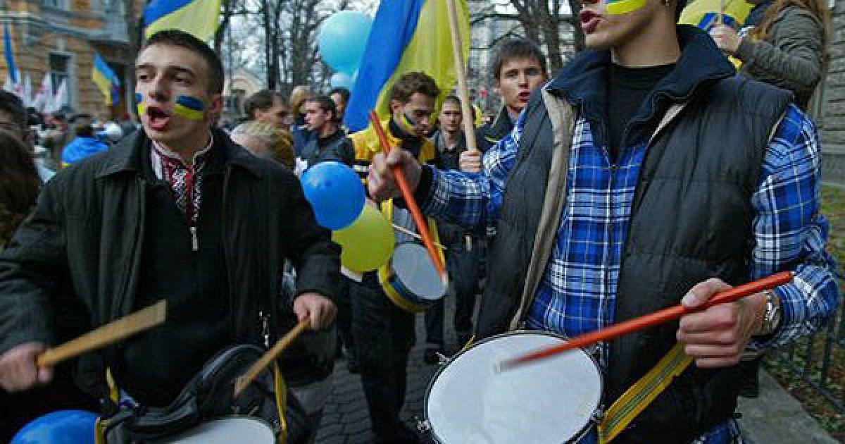 Близько 500 захисників мови взяли участь у заході на вулиці Банковій біля Адміністрації президента. @ УНІАН