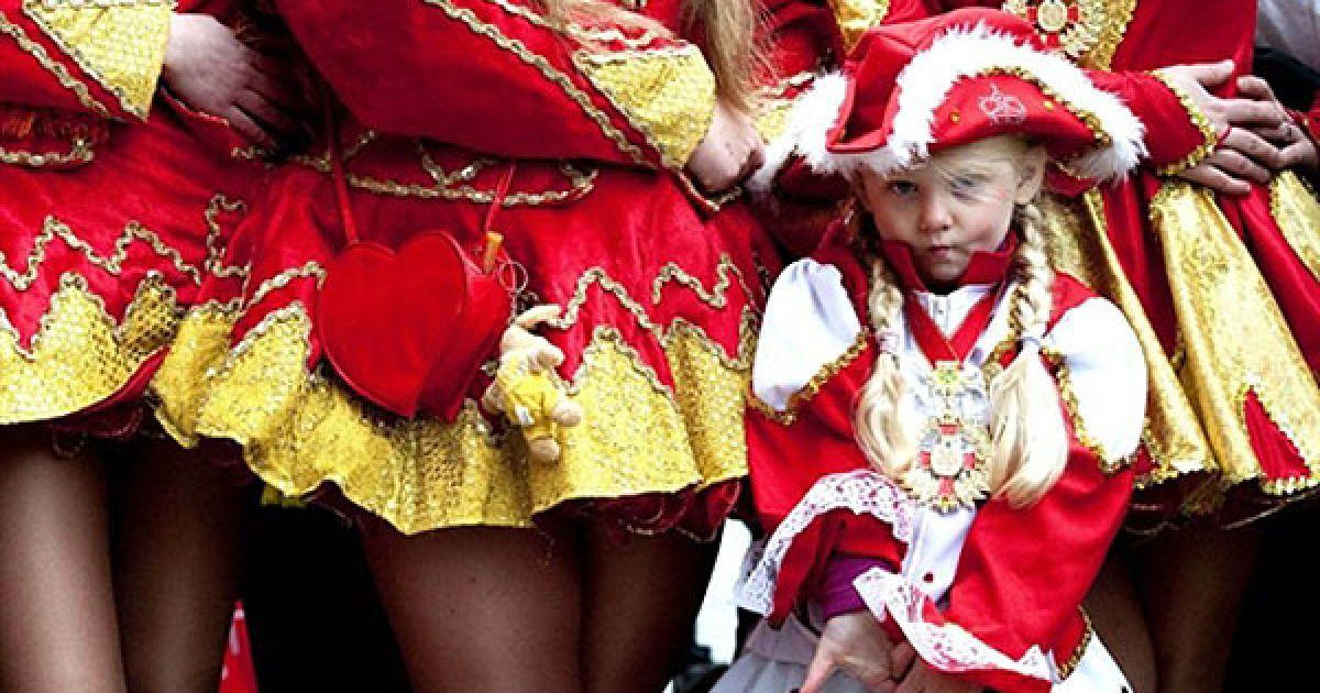 Німеччина, Майнц. Дівчинка з танцювальної групи чекає на початок Карнавала гуляк у Берліні. По всій країні 11 листопада о 11 годині 11 хвилин почався карнавальний сезон. @ AFP