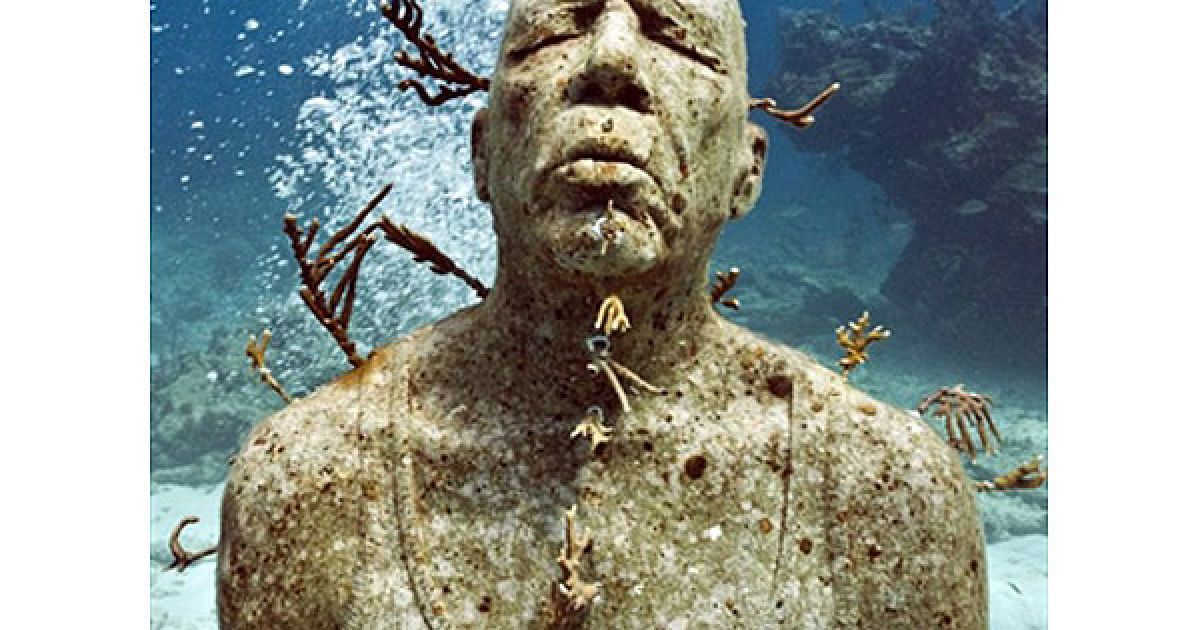"""Мексика, Канкун. Одна з 400 людських фігур під назвою """"Мовчання еволюції"""", встановлена на виставці підводних скульптур. Виставка відкриється наприкінці листопада у Канкуні, Мексика. Команда дайверів допомагала встановлювати експонати, автором яких є британський художник Джейсон Тейлор. У канкуні зібрана найбільша в світі колекція сучасної підводної скульптури. @ AFP"""
