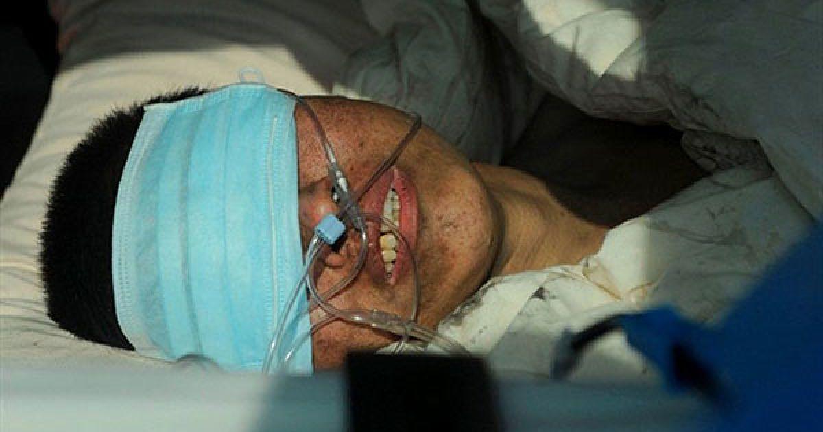 Китай, Нейцзян. Шахтар, врятований із затопленої шахти, посміхається після того, як його підняли на поверхню. У місті Нейцзян, провінція Сичуань, рятувальники витягли на поверхню 29 шахтарів, які потрапили у пастку в затопленій шахті. @ AFP