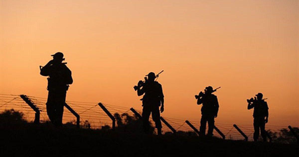Індія, Сілігурі. Солдати прикордонних сил безпеки патрулюють міжнародний кордон між Індією та Бангладеш. Заходи безпеки у країні були активізовані через віхит президента США Барака Обами до Індії. @ AFP