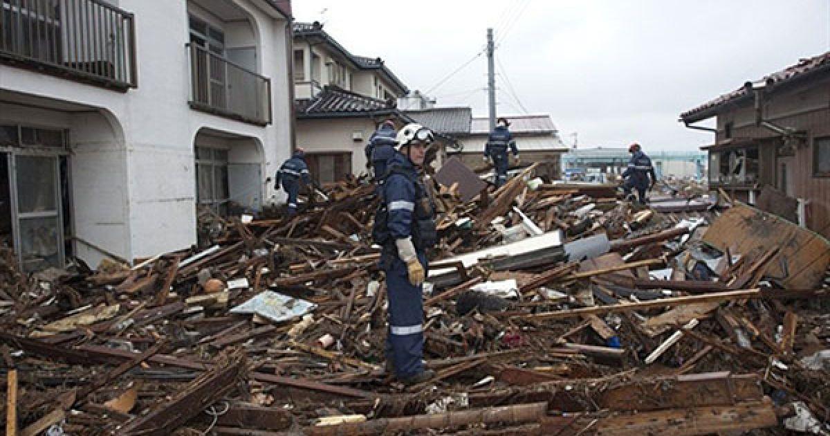 Надзвичайні служби, що проводять рятувальні операції, як і раніше регулярно повідомляють про нові знайдені тіла загиблих @ AFP
