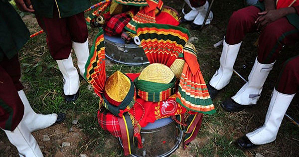 Пакистан, Равалпінді. Тюрбани відставних пакистанських військових волинщиків барабанщиків складені перед концертом. Традиційний шотландський інструмент — волинка —був прийнятий пакистанською армією після тривалого британського колоніального правління. Музиканти армії у відставці продовжувати заробляти собі на життя, граючи на весіллях. @ AFP
