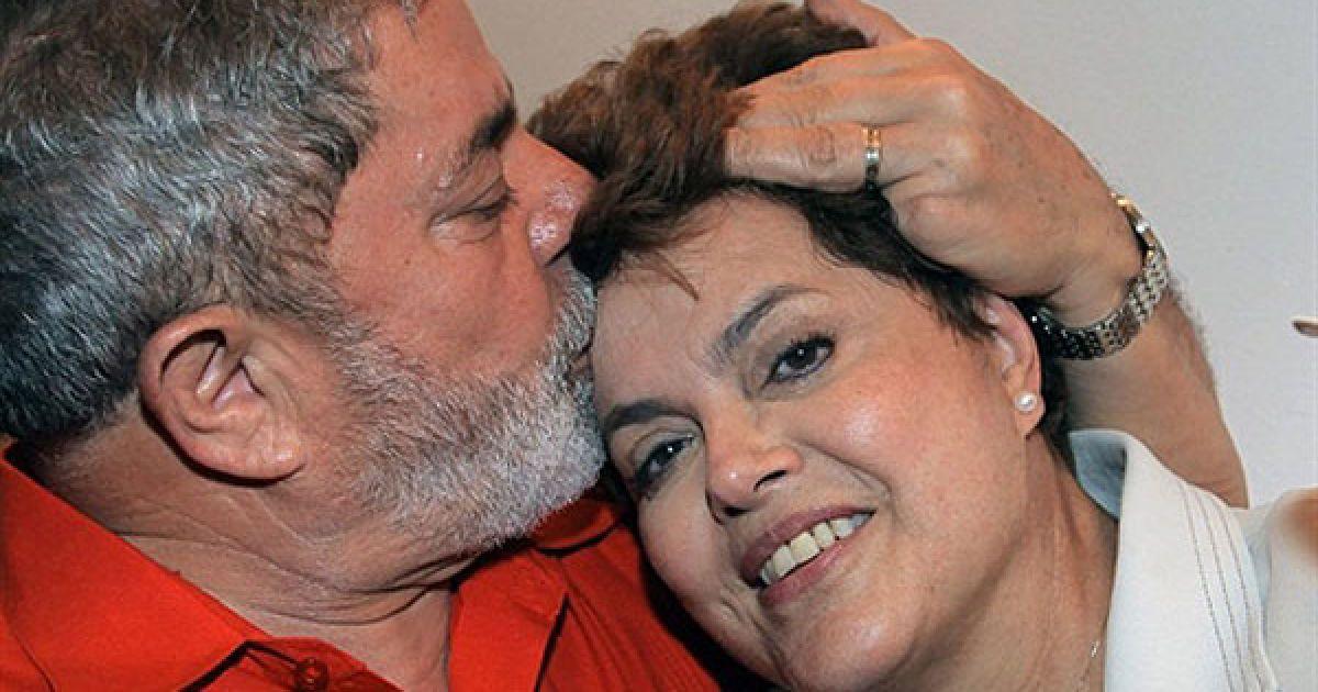Бразилія, Бразиліа. Бразильський президент Луїс Інасіу Лула да Сілва цілує новообраного президента країни Ділму Руссефф під час святкування перемоги у палаці Альворада. Ділма Руссефф стала першою жінкою-президентом Бразилії, після того, як було оголошено перші результати виборів, за якими вони отримала 56% голосів проти 43%, які отримав її суперник. @ AFP