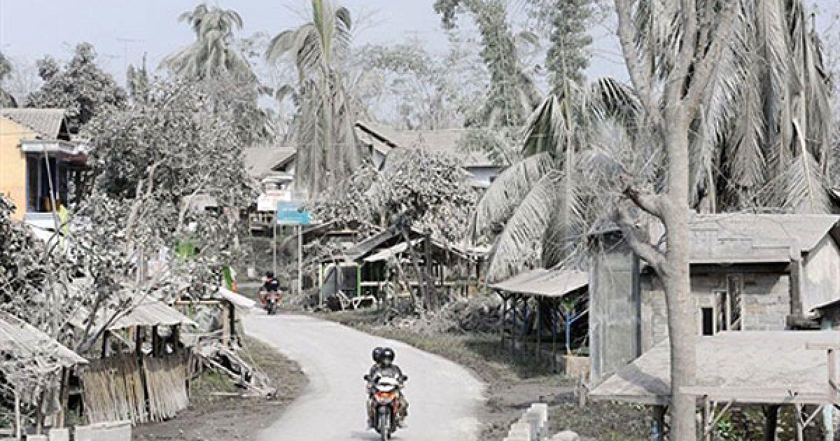 Індонезія, Дукун. Мотоцикліст їде через село, вкрите попелом від виверження найактивнішого вулкана Індонезії Мерапі. @ AFP