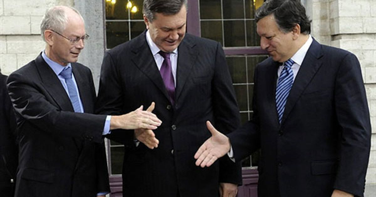 Бельгія, Брюссель. Голова Європейської комісії Жозе Мануель Баррозу, президент Ради ЄС Херман ван Ромпей і президент України Віктор Янукович потискають руки перед початком саміту Україна-ЄС, який проходить у Брюсселі. @ AFP