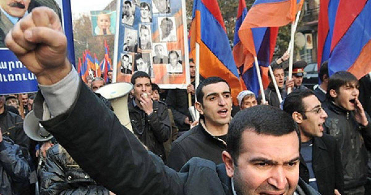 Вірменія, Єреван. Вірменський опозиціонер бере участь у мітингу, який провели в центрі Єревану з вимогою звільнити всіх політичних ув'язнених у Єревані. @ AFP