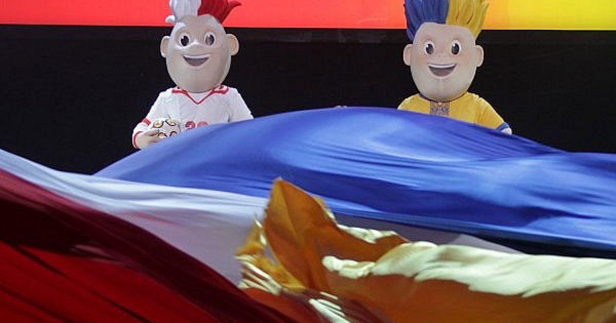 Мешканці України та Польщі виберуть ім'я талісманів Євро-2012 з трьох запропонованих УЄФА варіантів: Славек і Славко, Сємко і Стрімко, Клемек і Ладко. @ ukraine2012.gov.ua