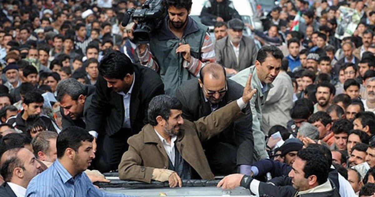 """Іран, Боджнурд. Президент Ірану Махмуд Ахмадінежад вітає своїх прихильників під час мітингу у північно-східному місті Боджнурд. Ахмадінежад обрушився із критикою на Росію, заявивши, що вона """"сдала"""" Іран заклятому ворогу — Сполученим Штатам. скасувавши контракт на постачання ракет С-300 класу """"земля-повітря"""". @ AFP"""