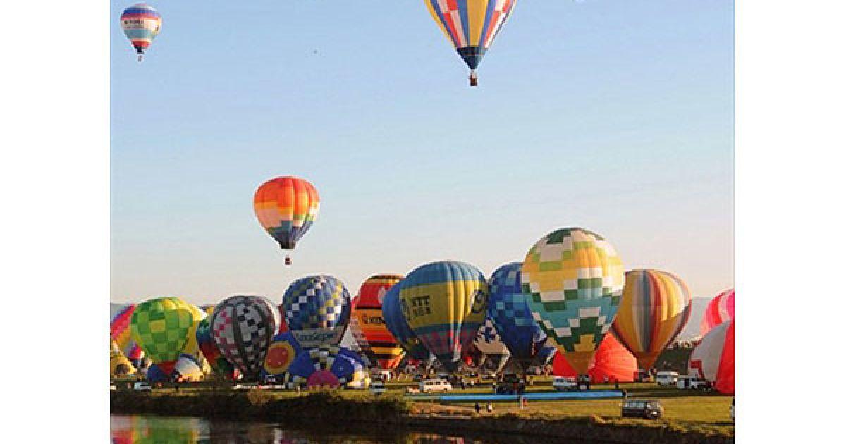 Японія, Сага. Кольорові повітряні кулі злітають у повітря над річкою під час відкриття Міжнародного фестивалю повітряних куль у японському місті Сага. У фестивалі беруть участь близько 100 повітряних куль з 14 країн. @ AFP