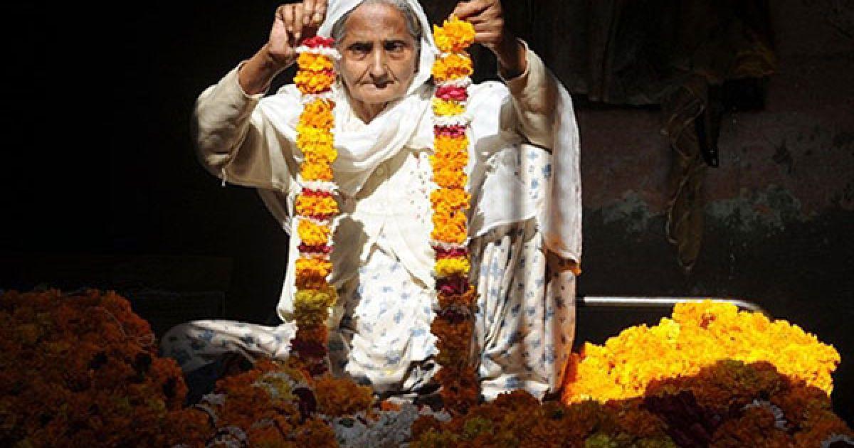 Індія, Амрітсар. 80-річна індіанка Гурдіп Каур зв'язує разом квіти календули, щоб зробити гірлянди для індуїстського фестивалю Дівалі. @ AFP