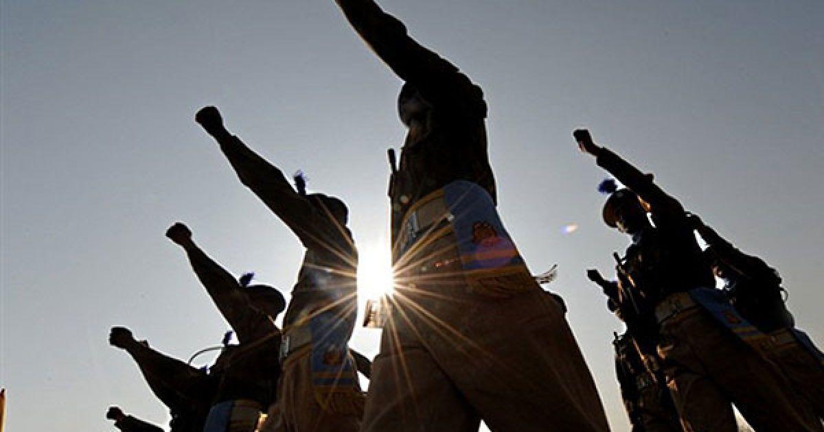 Індія, Срінагар. Індійські поліцейські федерального резерву беруть участь у параді у вербувальному центрі в Хумхамі. @ AFP