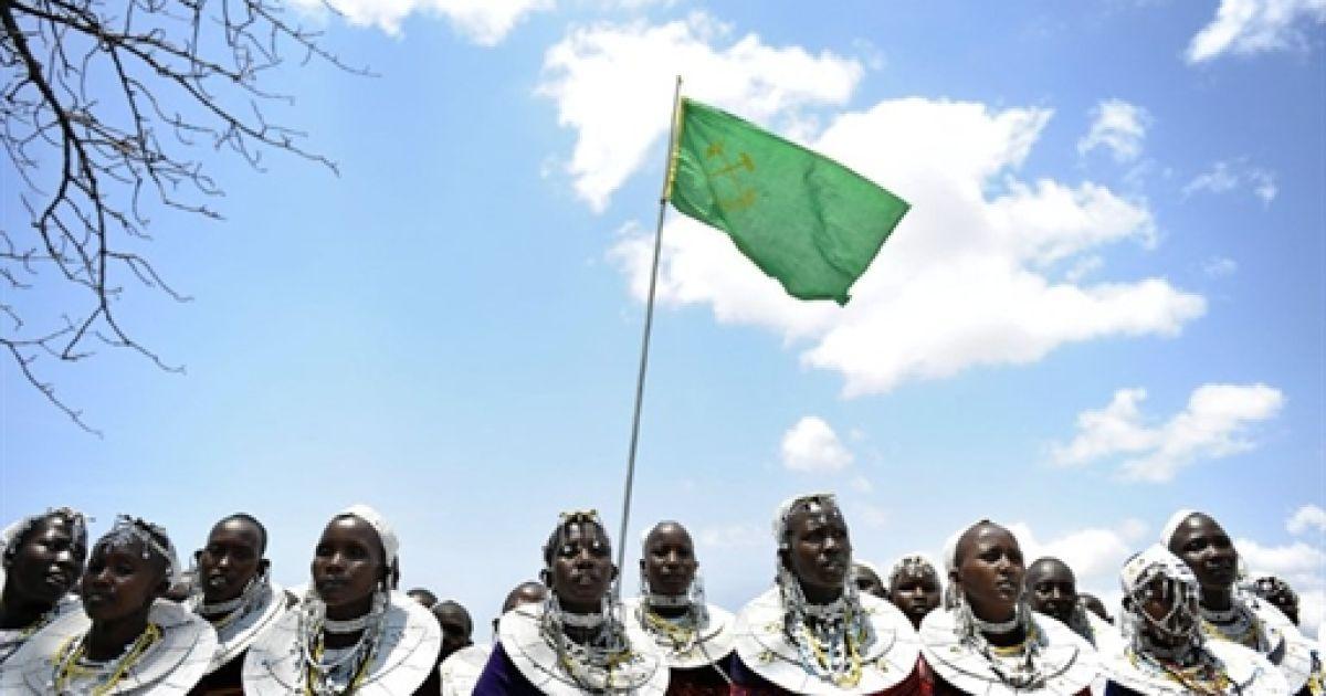 Танзанія, Олтукай. Жінки з племені масаї співають пісні під час політичного мітингу, який організував у свою підтримку член парламенту Едвард Ловасса. Ловасса є прибічником будівництва торгових шляхів через парк Серенгеті. Він вважає, що ця дорога надасть додаткові можливості для торгівлі у маргіналізованій громаді масаїв, які живуть навколо заповідників Серенгеті і Нгоронгоро на півночі Танзанії. @ AFP