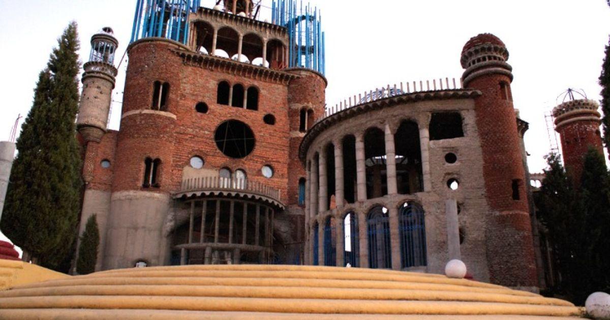 На околиці Мадрида 85-річний Джорджіо Галледжо побудував 40-метрову церкву зі сміття. @ inhabitat.com