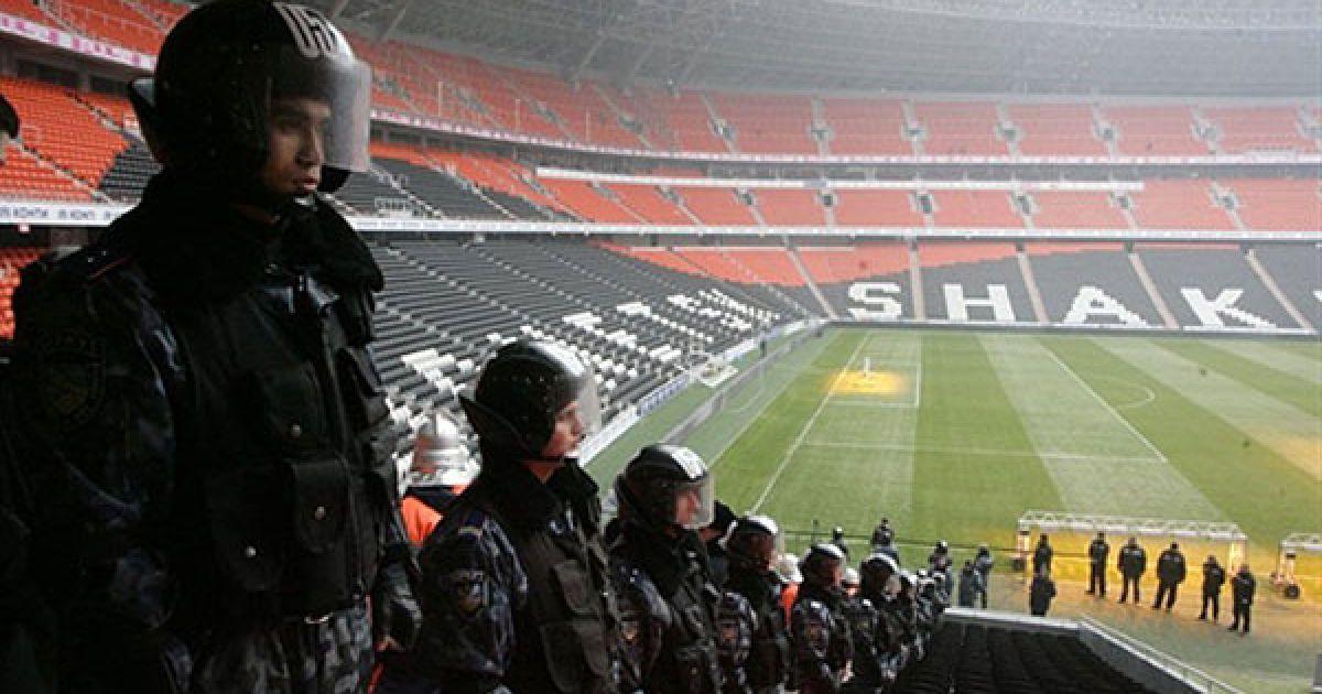 """Україна, Донецьк. На стадіоні """"Донбас Арена"""" провели масштабні навчання правоохоронних органів в рамках підготовки до Євро-2012. За легендою, під час футбольного матчу стався терористичний акт: спрацював вибуховий пристрій. @ AFP"""